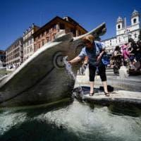 Bagni nelle fontane a Roma: otto turisti multati per tuffi nella Barcaccia e al Vittoriano