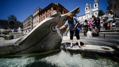 Bagni nelle fontane: otto turisti multati per tuffi nella Barcaccia e al Vittoriano