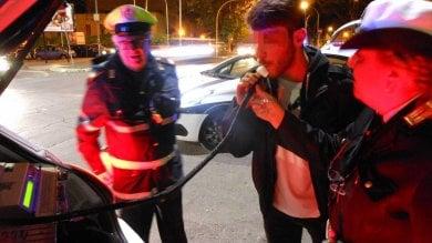 Guida l'automobile dell'amico ubriaco  ma ha bevuto anche lui: denuncia e multa