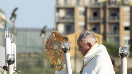 """Bergoglio a Casal Bertone: """"Città in abbandono"""". Il Papa in periferia indica i mali di Roma"""