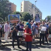 Roma, la protesta dei residenti contro la discarica a Pian dell'Olmo