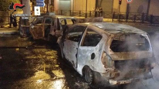 Auto e balle di fieno bruciate, strada bloccata: colpo da film in gioielleria a Monterotondo