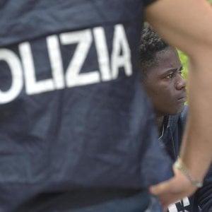 Si finge avvocato e promette permessi di soggiorno agli stranieri: arrestato a Terracina
