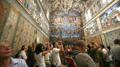 """Musei Vaticani, la denuncia delle guide  """"Lunghe code e nelle sale si soffoca"""""""