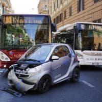 Roma, scontro bus-auto in via Nizza: 5 feriti lievi