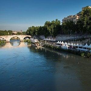 """Roma, Raggi alla Regione: """"Ciclabile sul Tevere piena di bancarelle, spostatele sull'altra riva"""""""