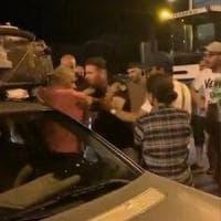 Porto Civitavecchia, tensioni tra polizia e una famiglia tunisina. Agente schiaffeggia un uomo e minaccia con pistola: