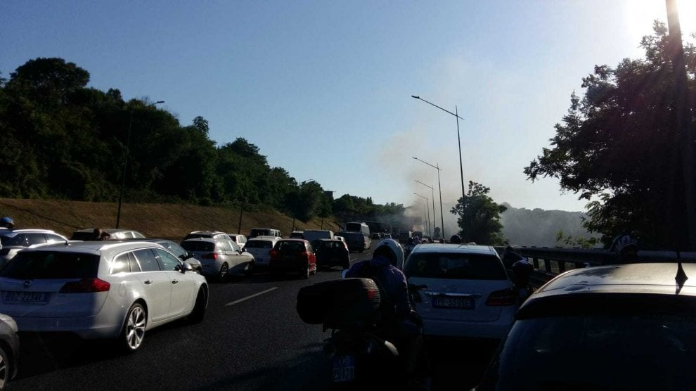 Roma, bus Cotral in fiamme sul Gra altezza Cassia: nessun ferito