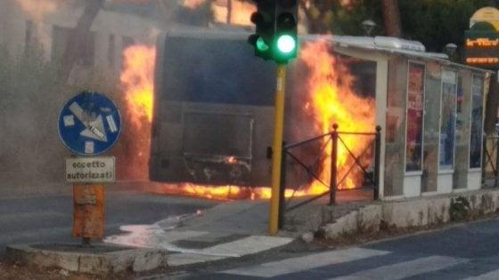 Roma, un altro bus in fiamme: l'autista mette in salvo i passeggeri, bruciata anche la pensilina