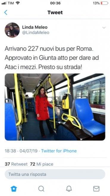 Nuovi bus a Roma, gaffe di Meleo su Twitter: posta la sua foto col cappotto