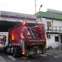 Emergenza rifiuti a Roma, Zingaretti striglia l'Ama: