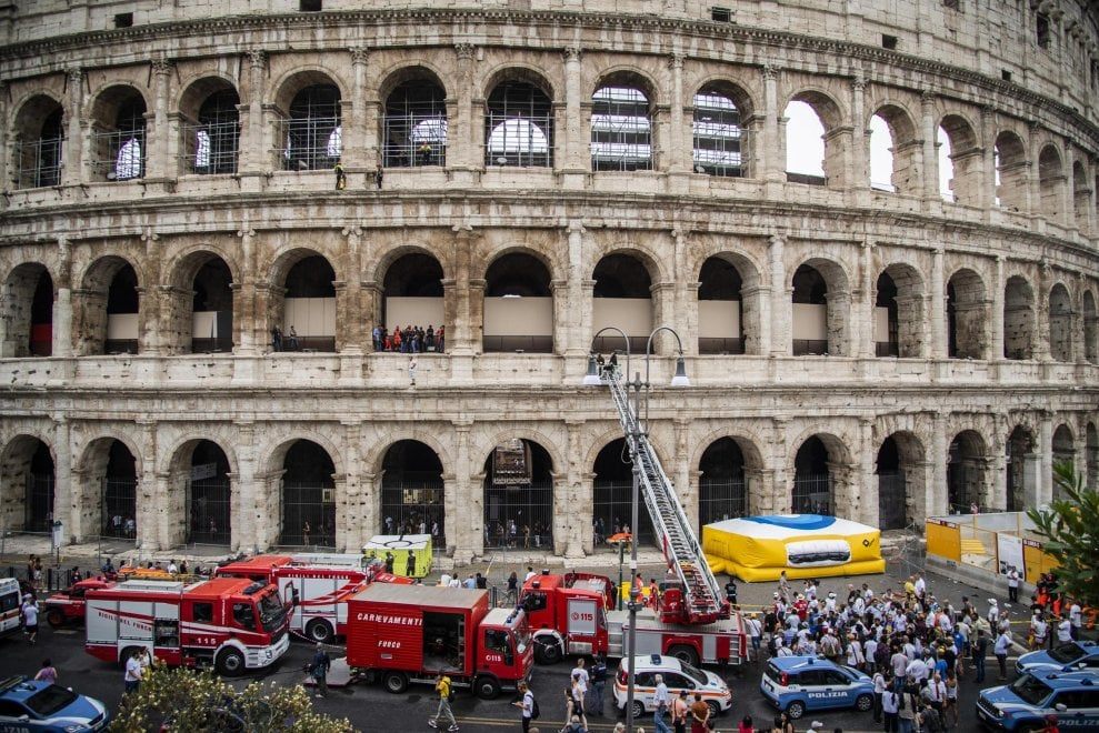 """Colosseo, """"saltafila"""" per i turisti sale sul Colosseo e minaccia di gettarsi. Poi scende"""