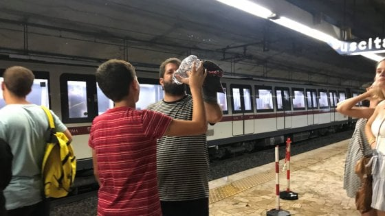 Roma, viaggio sui treni roventi nella metro dei disservizi