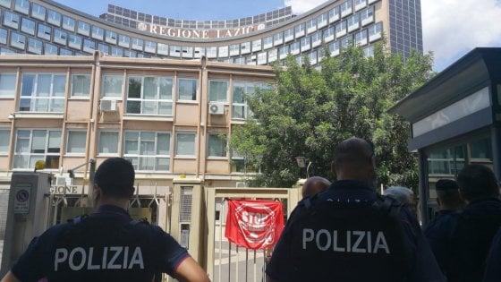 """Roma, blitz dei movimenti per la casa in Regione Lazio prima di conferenza di Zingaretti. """"Reddito e alloggio per tutti"""""""