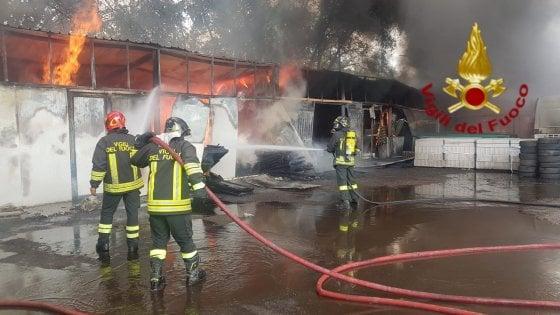 Roma, in fiamme 4 capannoni industriali all'Eur: chiuso un tratto della via del Mare. Nessun ferito