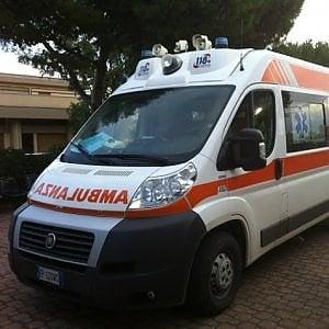 Sabaudia, auto pirata travolge due ciclisti sulla Pontina: un morto. Caccia all'automobilista