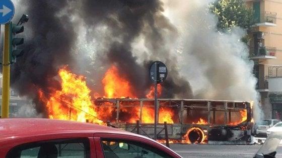 """Roma, ancora un bus in fiamme: paura su via Appia Nuova. Residenti: """"Sentite alcune esplosioni"""""""