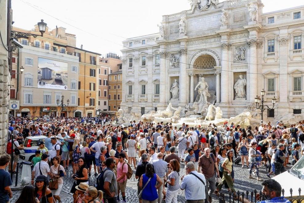 Fontana di Trevi, troppi turisti: scatta il contingentamento