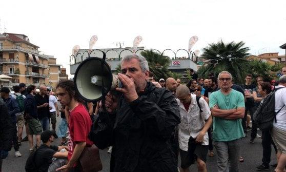 """Roma, tensioni durante lo sgombero in via Cardinal Capranica. Occupanti: """"Trattati peggio dei cani"""""""