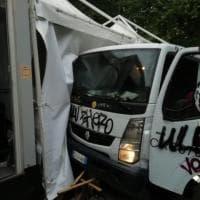 """Cinema America, camioncino Ama contro gli stand. Nessun ferito, """"supereremo anche questa"""""""