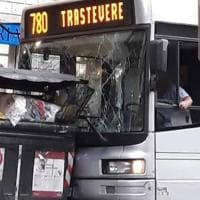 Roma, bus finisce contro due cassonetti: nessun ferito
