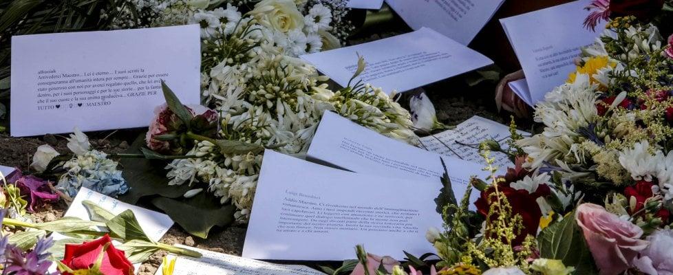 Roma, migliaia nel cimitero acattolico per salutare Andrea Camilleri. Il maestro sepolto vicino a Gramsci