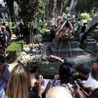 Roma, biglietti, fiori e tanta commozione. In migliaia per l'ultimo saluto ad Andrea Camilleri nel Cimitero acattolico