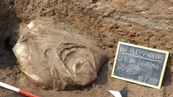 Fori Imperiali, nuova sorpresa dagli scavi: riemerge busto di guerriero in via Alessandrina