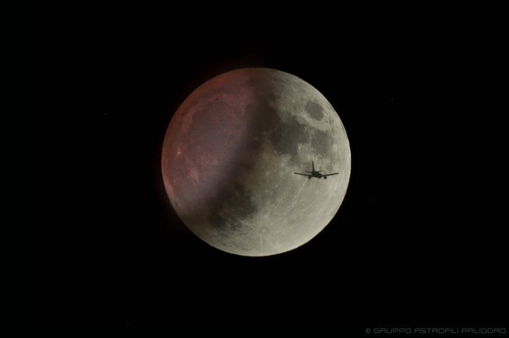 L'aereo e la Luna, lo scatto mozzafiato degli astrofili di Palidoro