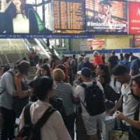 Caos treni per un incendio doloso a Firenze, Roma Termini in tilt: ritardi