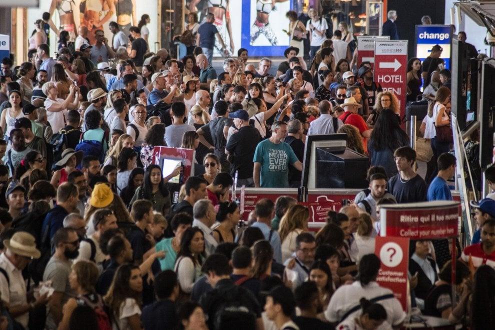 Caos a Roma Termini, treni soppressi e ritardi di ore: passeggeri stremati