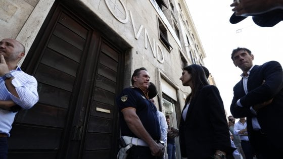 """Roma, Raggi nel palazzo occupato da CasaPound: """"Via la scritta dalla facciata"""""""