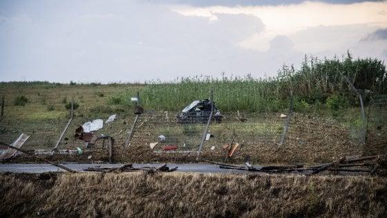 Fiumicino, tromba d'aria: morta una donna in auto. Un'altra vittima ad Arezzo. Danni a Roma a case e strade