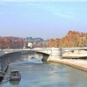 Roma, ragazzo francese di 19 anni precipita sulla banchina del Tevere e muore
