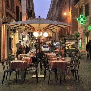 """Roma,  """"chiuso per assenza di dehors"""".  È scontro su tavolino selvaggio"""