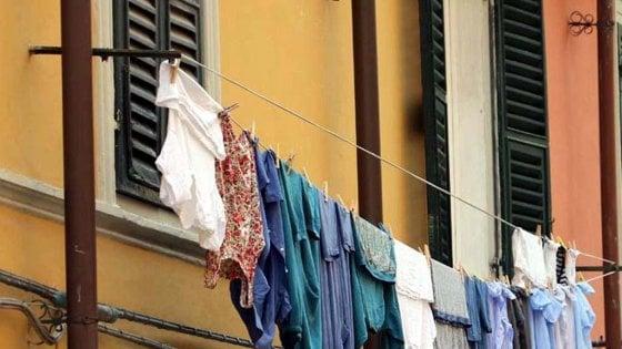 Roma capitale dei divieti, stop alle mutande stese in finestra e mai bere attaccandosi alla fontanella