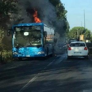 Ostia antica, a fuoco un autobus della linea 04