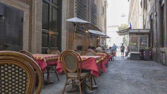 Il decoro a Roma, ritorno alla normalità: tavolini tra le strade e bivacchi alla Barcaccia