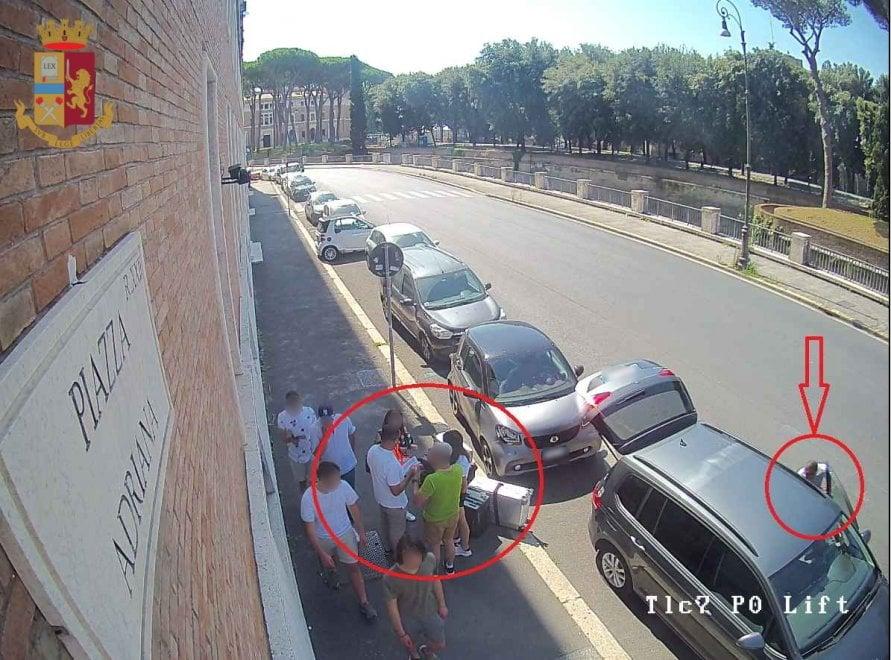 Roma, con trucco della ruota forata rubano zaino con orologio di pregio, carte di credito e contanti. Un fermato
