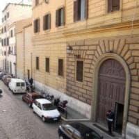 Roma, picchia la madre per avere i soldi per la cocaina: il padre lo fa