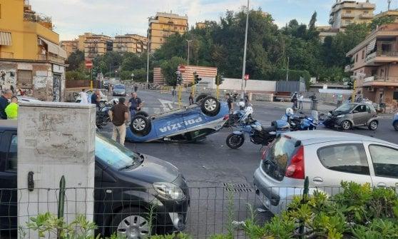 Roma, volante del 113 si cappotta nell'inseguimento di un'auto passata col rosso