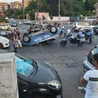 Roma, volante del 113 si cappotta nell'inseguimento di un'auto passata col