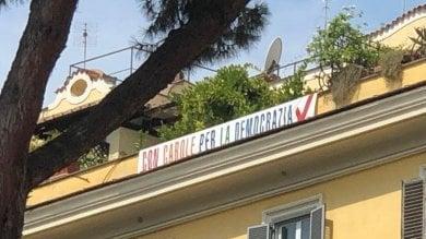 """Striscione anti-Salvini davanti al Viminale  """"L'hanno tolto ma l'ho rimesso""""   foto"""