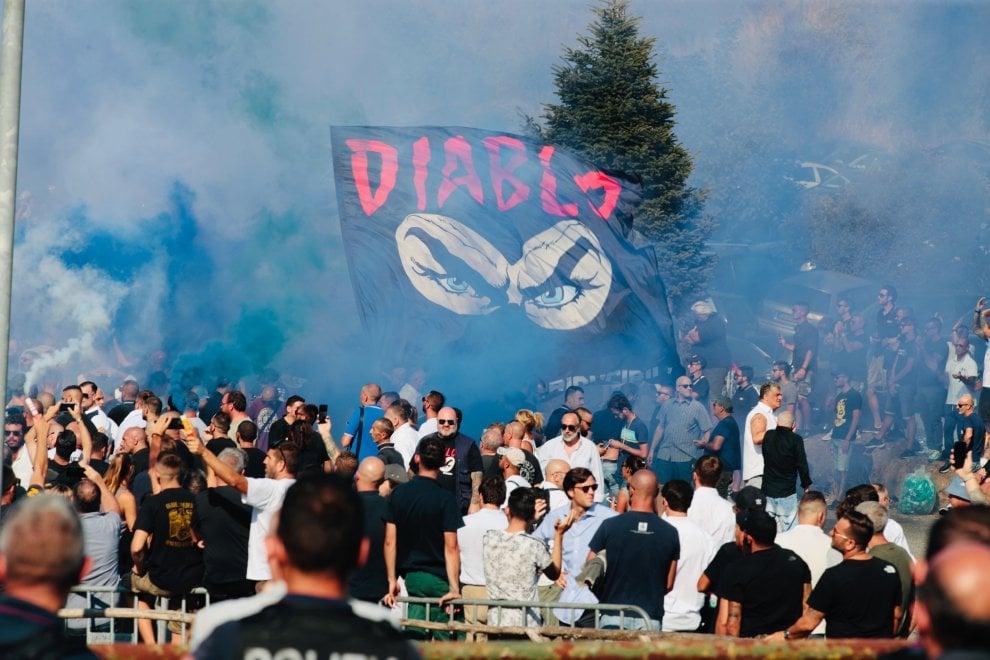 Roma. Cori, fumogeni e la bandiera nera con la scritta Diablo: al Divino Amore i funerali di Fabrizio Piscitelli