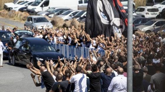 """A Roma i funerali di Diabolik: la scritta """"Irriducibili"""" sulla bara. Applausi, tifo da stadio e qualche saluto romano"""