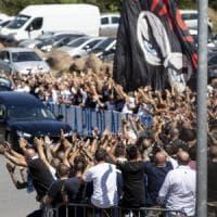 """A Roma i funerali di Diabolik: la scritta """"Irriducibili"""" sulla bara. Applausi, tifo da..."""
