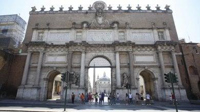 Piazza del Popolo, a fuoco cumulo di spazzatura nella Porta capolavoro
