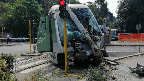 Roma, tram si scontra con una Bmw e finisce contro palo: tre feriti