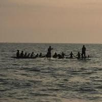 Cerchio di tavole e fiori in mare: omaggio al surfista morto da Gaeta alla Sardegna