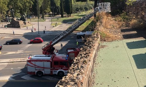 Roma, paura a San Giovanni: blocco di pietra si stacca dalle mura